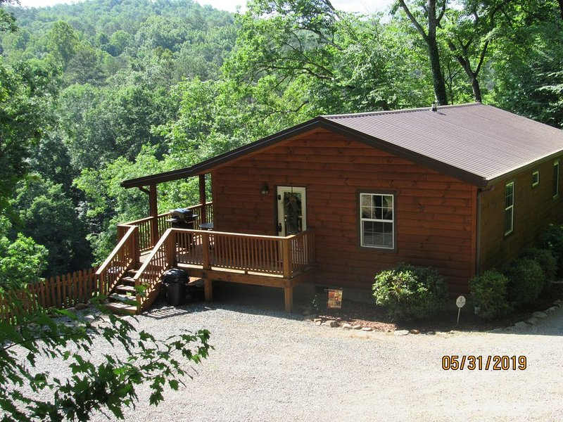 Cabin with River View located between Cherokee & Bryson City, hiking and fishing, holiday rental in Whittier