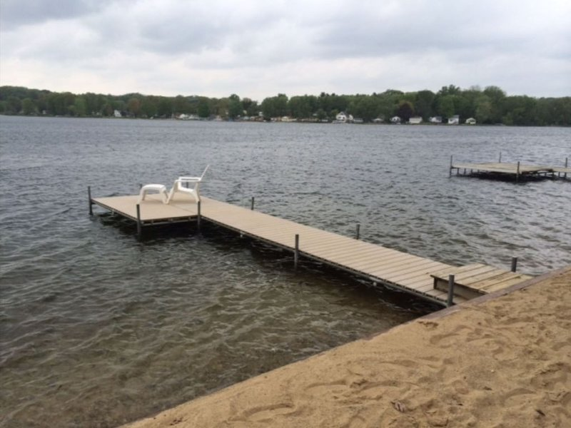 Family Friendly Lakefront Cottage with Breathtaking Sunsets, holiday rental in St. Joseph County