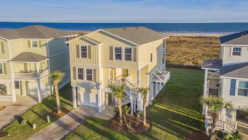 BEACH FRONT!  The Happy Mullet: Surf, Sun, the Perfect House and Ms. Pac Man, vacation rental in Jamaica Beach