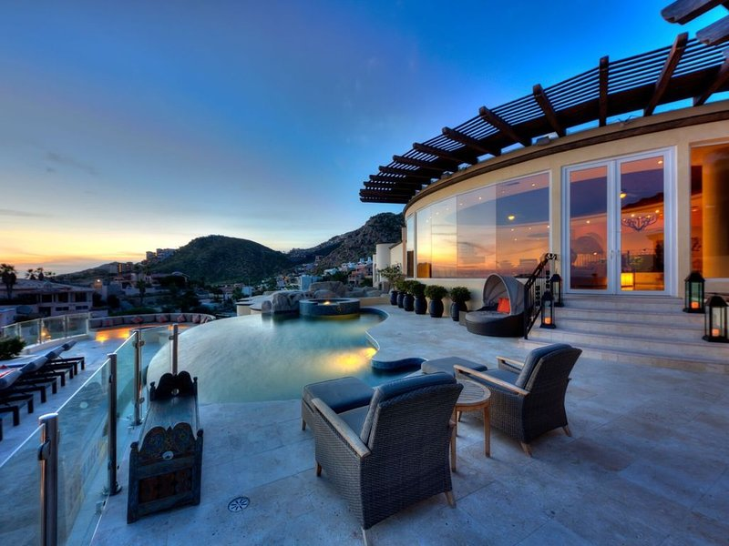 Spectacular 7 Bedroom Oceanview Villa in Pedregal; Walk to the Beach; Spa access, location de vacances à Cabo San Lucas