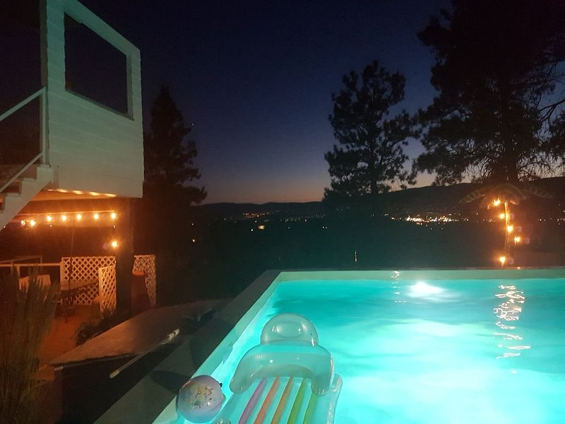 Enjoy City Views From your own private pool and Hot tub, alquiler de vacaciones en Kelowna
