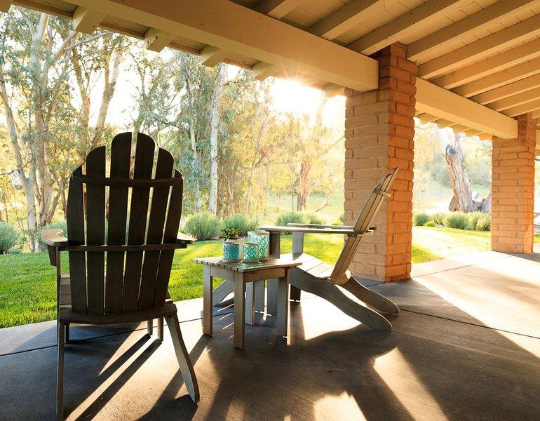Las sillas Adirondack en el porche son un lugar perfecto para relajarse.