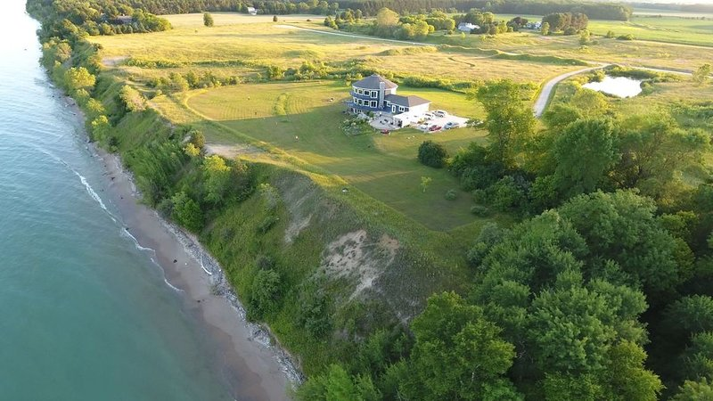 Private Lake House Retreat near Whistling Straits  Breathtaking Views! Specials!, location de vacances à Cleveland