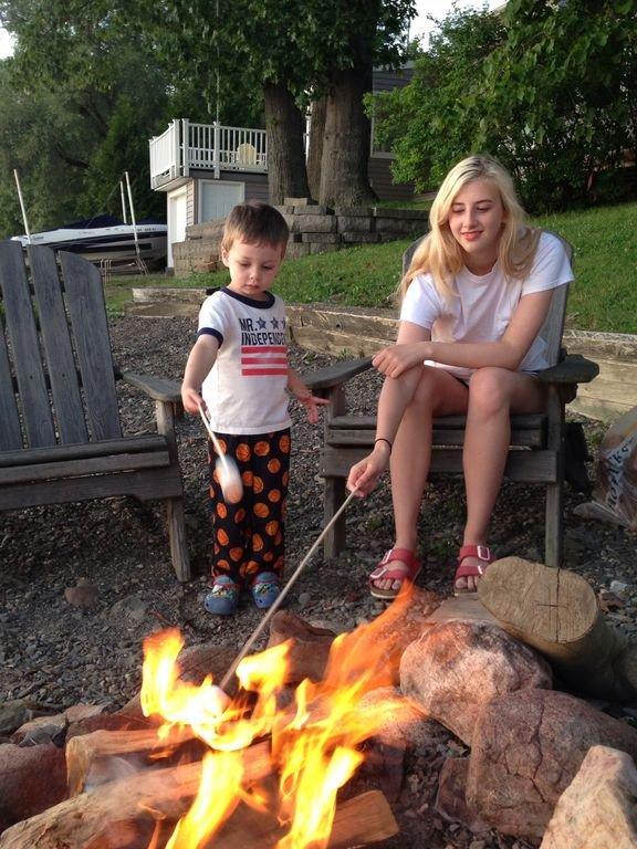 Glückliche Kinder am Strand genießen die Feuerstelle