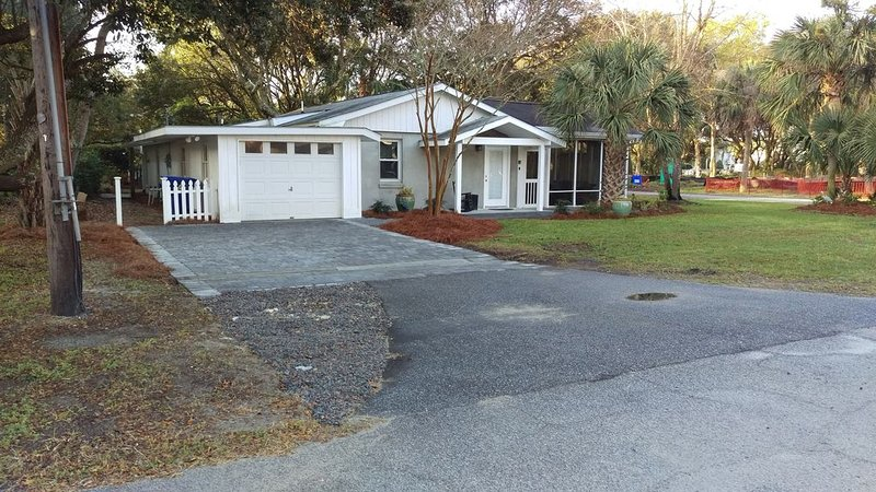 Family Friendly Cottage with  Lg screen porch - 100 Ft of  Direct Beach Access!, holiday rental in Isle of Palms