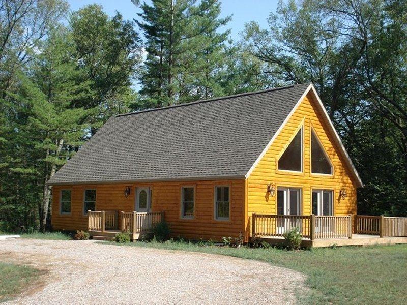 Cabin, 3 Bedrooms + Loft, 2 Baths, (Sleeps 8-12), holiday rental in Arkdale