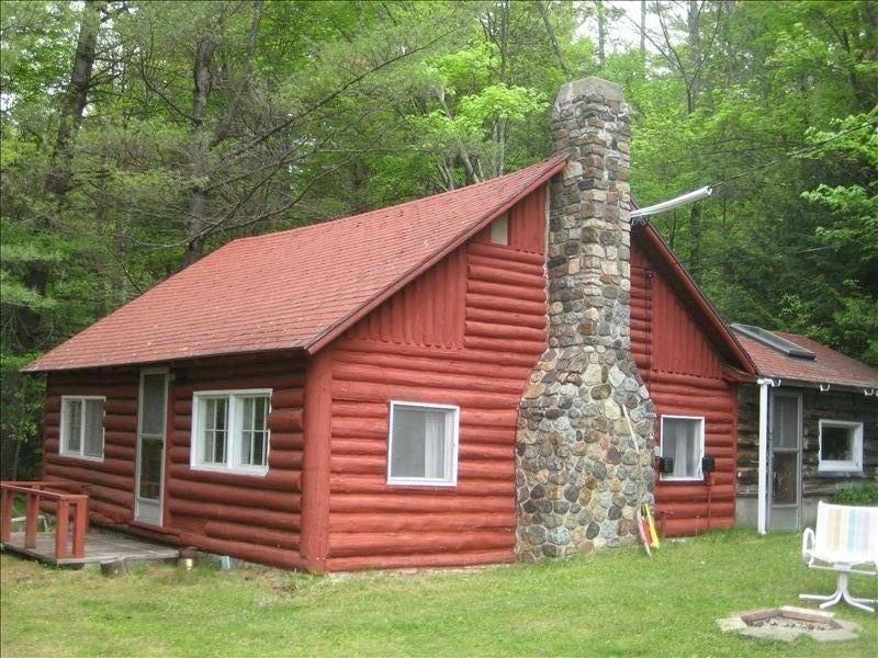 Log Cabin on the Ausable River, location de vacances à Keene