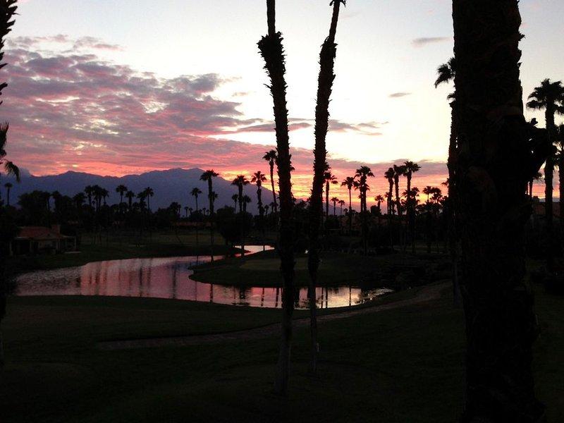 Incredible golf course, lake and mountain views. Newly remodeled condo sleeps 6., alquiler vacacional en Palm Desert