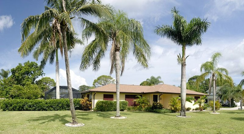 Mango Bungalow  -Tropical Paradise private pool, beach, shopping, dining awaits, vacation rental in Bonita Springs