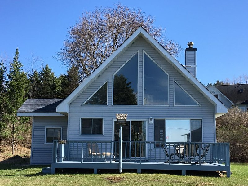 BEAUTIFUL A-FRAME IN QUIET AREA, one block from Lake Charlevoix, location de vacances à Boyne City