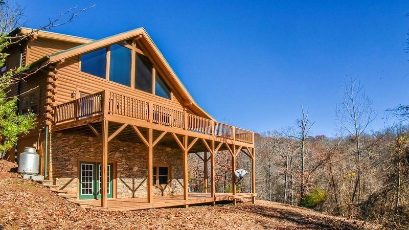 3 bedroom log home, mountain view, private on 2 acres, vacation rental in Vein Mountain