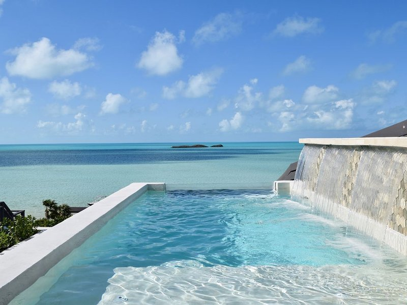 New Modern Beachfront 2brdm/2bath with pool and incredible view!, location de vacances à The Bight Settlement