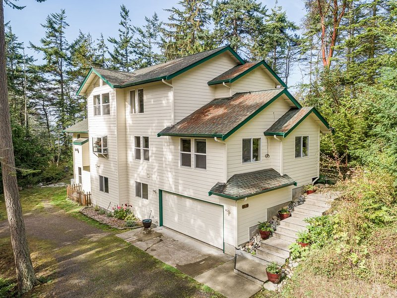 Spacious Bluff-Top Home With Expansive Ocean Views, Ferienwohnung in Clallam County