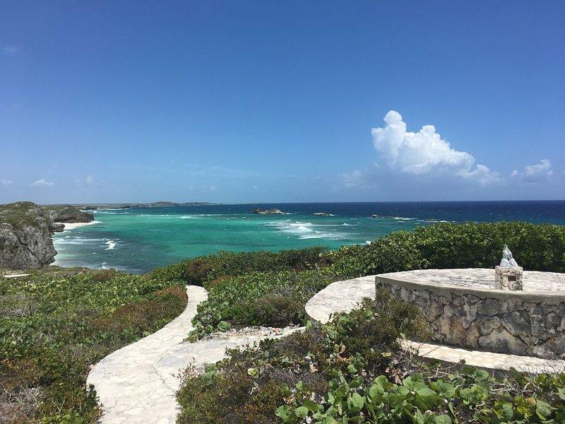 Sendero para caminar y manos orando en Dragon Cay