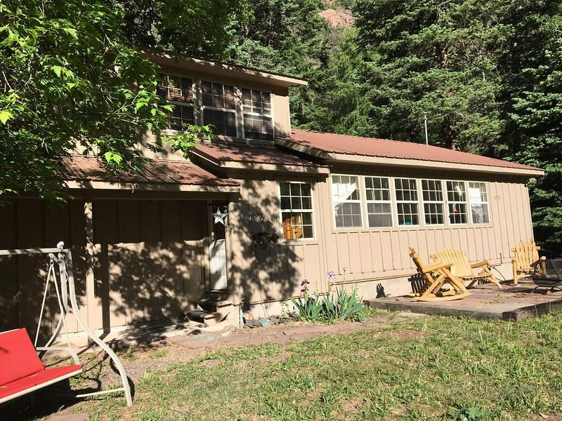 Quiet vacation house on forested property in Ouray, holiday rental in Ouray