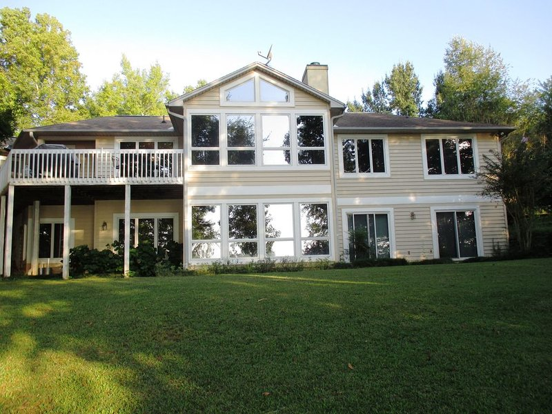 Spectacular lake home with dock and fire pit- room for all - good pets ok-, holiday rental in Pendleton