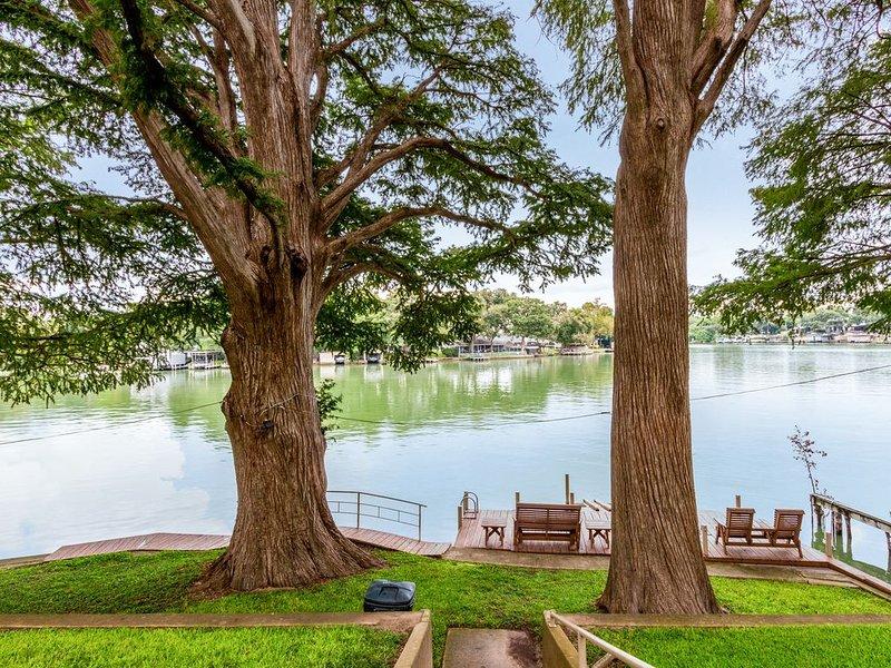 Lake Front on the Guadalupe River: Cypress Breeze Guesthouse, alquiler de vacaciones en Cibolo