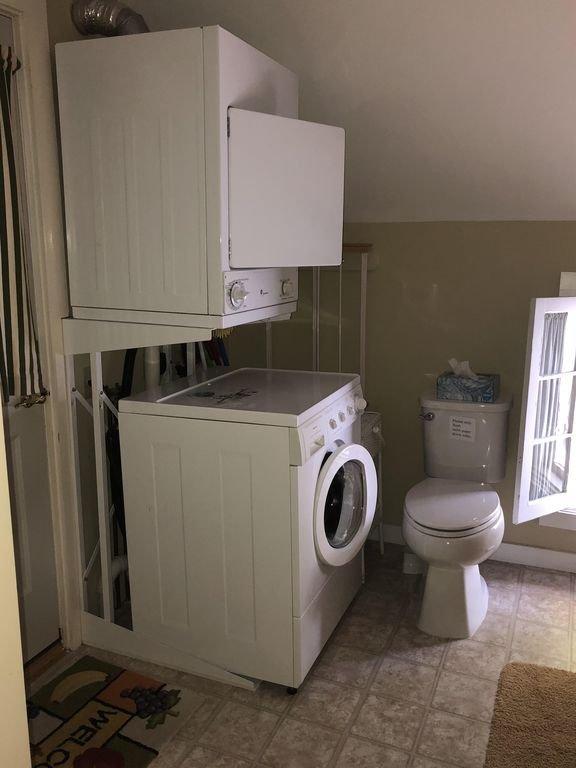 Laveuse et sécheuse dans la salle de bain à l'étage