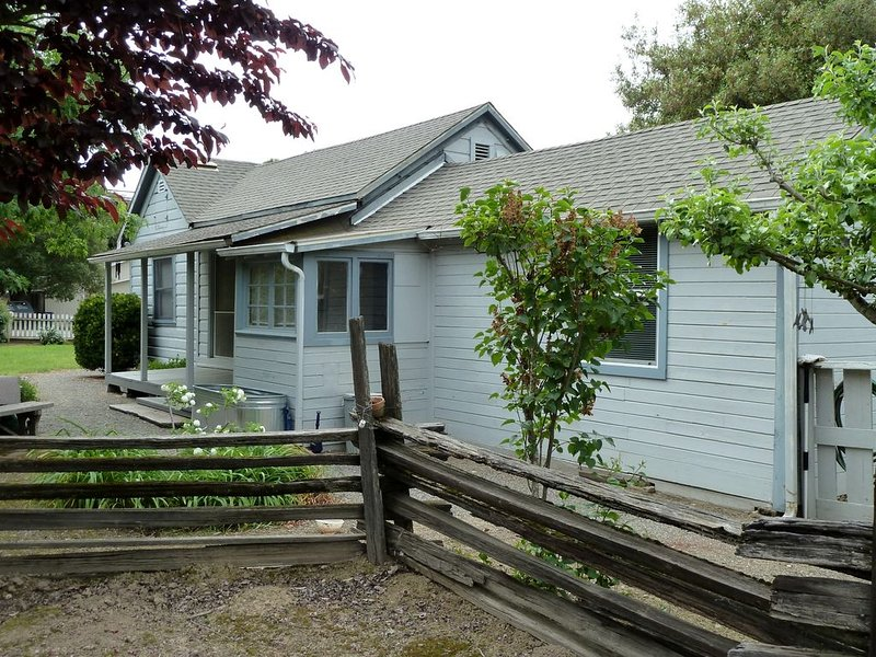 Updated Vintage Farmhouse -- walking distance to stores, dining & wine tasting, holiday rental in Hopland