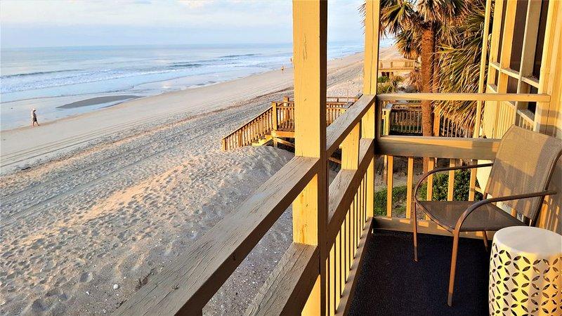 DESIGNER'S SUMMER GETAWAY. 90 Exceptional reviews! Oceanfront, Clean, Renovated, location de vacances à Garden City Beach