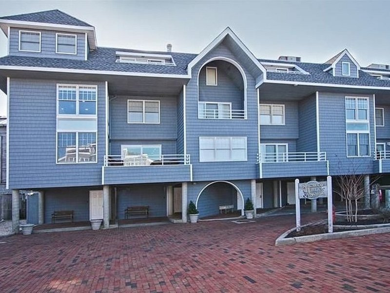 Gorgeous Bayfront Condo w/Heated Pool in the heart of Beach Haven., location de vacances à Long Beach Island