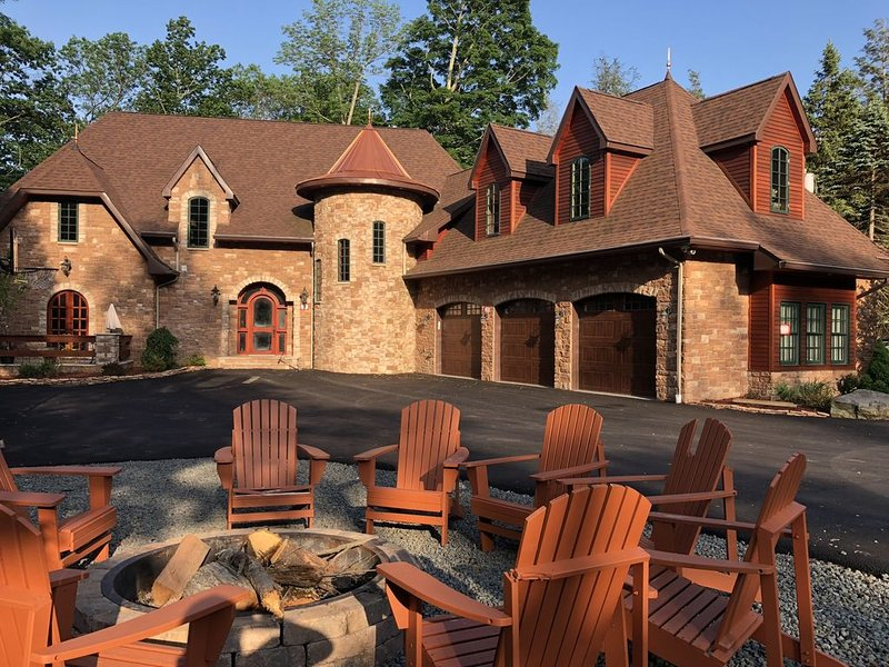 Amazing, luxury, one of a kind lake front in Pocono Mountains, location de vacances à Lakeville
