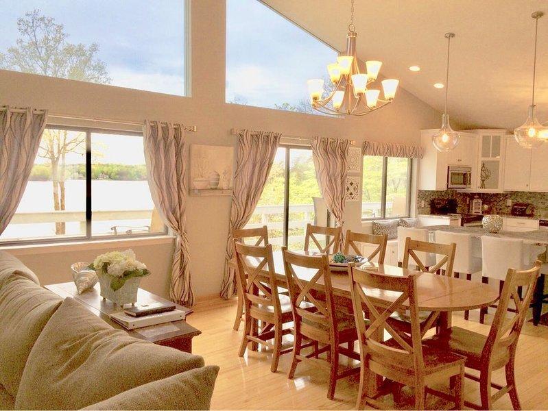Utsikt över sjön / fönster över hela husets längd. Stort matbord.