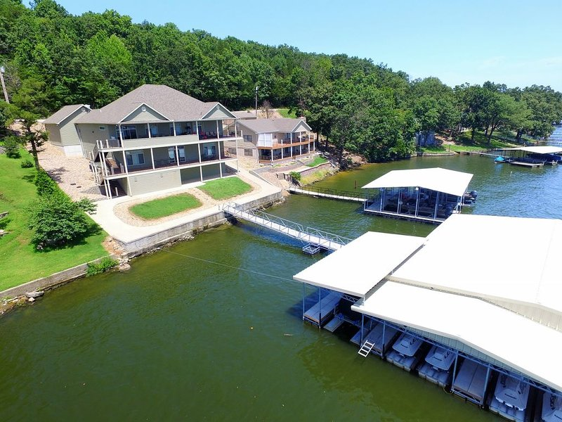 LOZ Family Fun Lakefront Vacation Home #9, 7bdr, 4 baths, sleeps 27, holiday rental in Climax Springs
