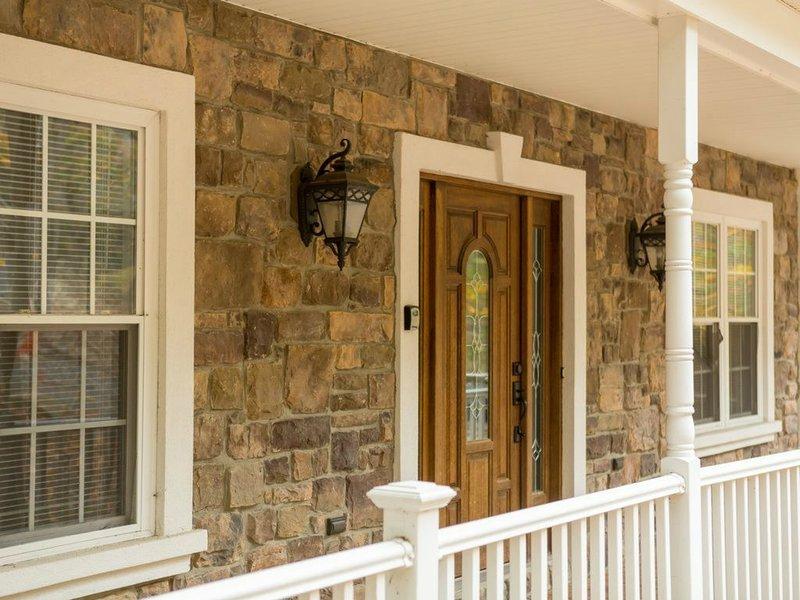 Il portico anteriore vi invita nella nostra casa calda e arredata con gusto.