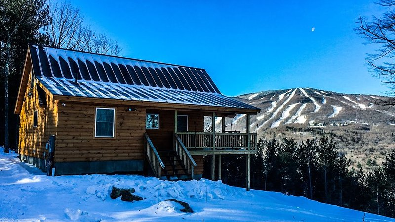 New Mountain Top Cabin With Incredible Okemo Views And Sunsets, vacation rental in Ludlow