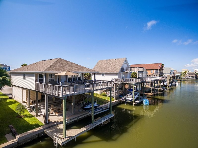 Beautiful Canal home, short walk from beach! Pet friendly, WiFi, new Boat Sling, vacation rental in Galveston Island