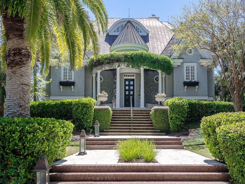 Spectacular Oceanfront Kiawah Home With Pool And Private Boardwalk To Beach, casa vacanza a Kiawah Island