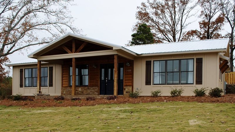 The Barge Inn - Ideal for fisherman, golfers, and family fun!, holiday rental in Guntersville