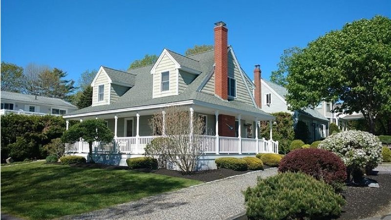 Beautiful house in great location! 5 minute walk to beach. New to rental market!, location de vacances à York Harbor
