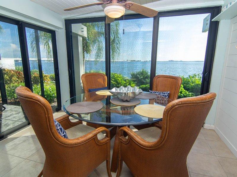 Updated waterfront condo, ground floor, private fishing pier, tennis, 2 pools, alquiler de vacaciones en Isla de Sanibel