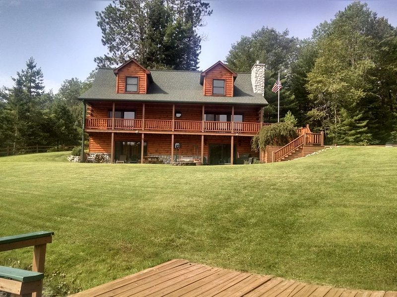 Log Cabin Long Lake: modern living in a rustic, relaxing and romantic atmosphere, holiday rental in Hillman