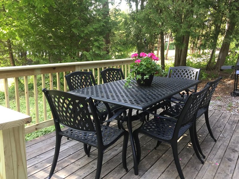Family Retreat Lake view Wifi Grill Bikes Fire Pits Nightly Sunsets Dog Friendly, holiday rental in Gills Rock