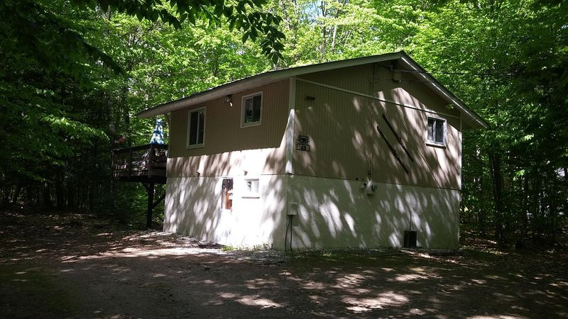 Location! Lovely Comfortable Chalet 10 Minutes To All Amenities Quiet Location, holiday rental in North Conway
