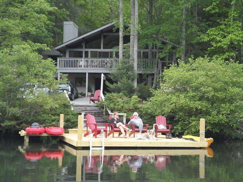 quai privé avec échelle de bain, 2 kayaks et jouets aquatiques