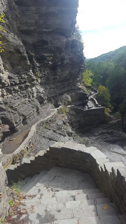 Randonnée sur le sentier au-dessus de la cascade du parc voisin de Treman
