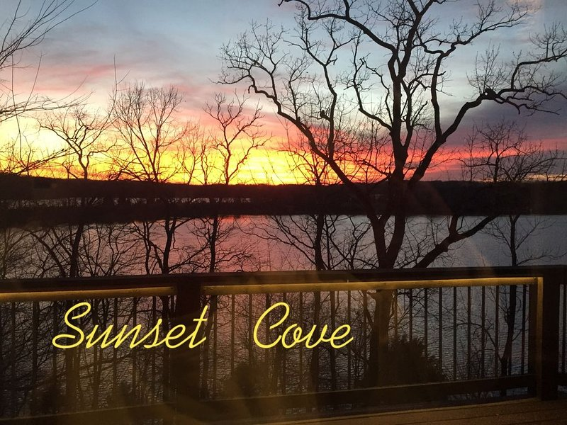 Sunset Cove - Premier Lakefront Vacation Home with Private Dock, holiday rental in Cadiz