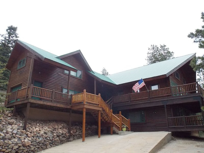 ENCHANTED CIRCLE LODGE-AWESOME MOUNTAIN VIEWS WITH A LOT OF ROOM TO PLAY!, holiday rental in Angel Fire