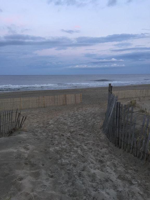 ¡Bienvenidos! Pasos a la playa! ¡Por eso viniste! Nueva valla y pastos en las dunas