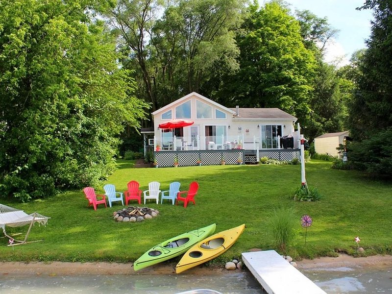 Waterfront Home on Beautiful All Sports Lake, alquiler vacacional en Paw Paw