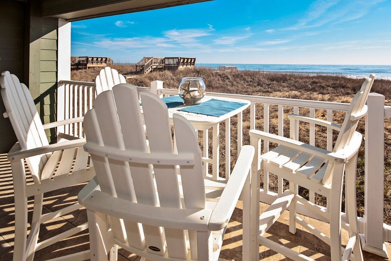 Corner condo with amazing ocean views,  beach access.  Pool, spa, fitness & game, holiday rental in Kill Devil Hills