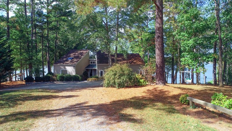 Lovely waterfront home with firepit, dock, views, and full kitchen!, holiday rental in Orange