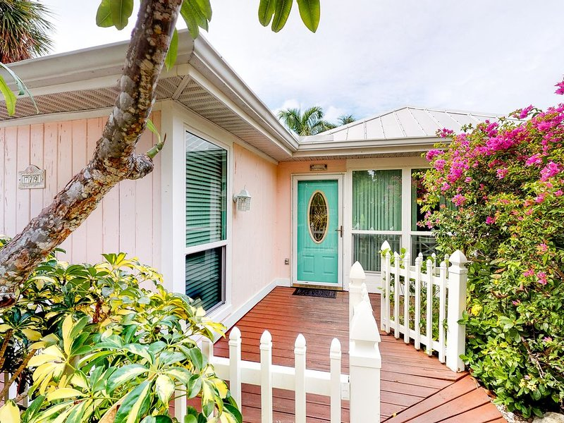 Beautiful cottage w/ heated private pool - walk to beach, dining, Bayfront Park, holiday rental in Anna Maria