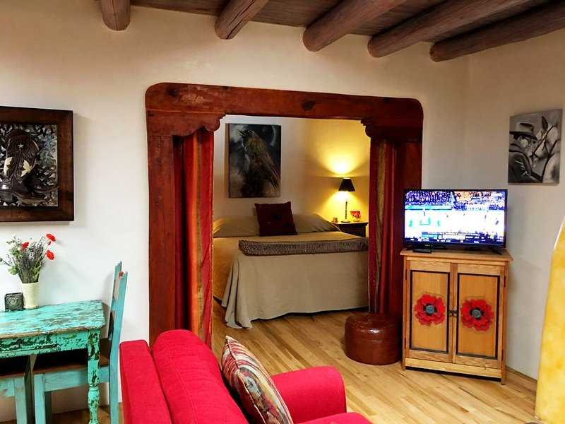 Cozy Casa Carmelita features a Brilliant Kiva Fireplace, Unique Patio & Hot Tub!, holiday rental in Taos
