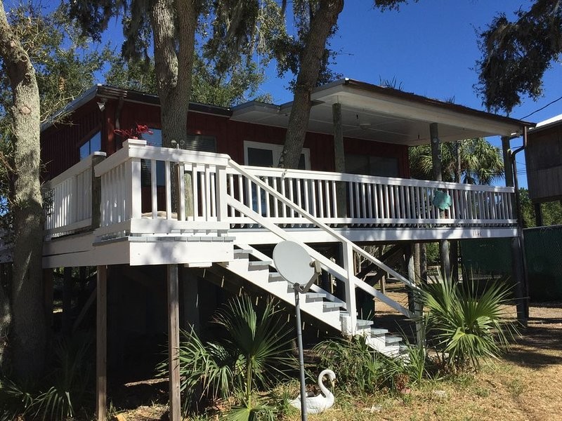 Open Gulf, Private Dock, Screened Porch, front deck, awesome views, location++++, vacation rental in Cedar Key