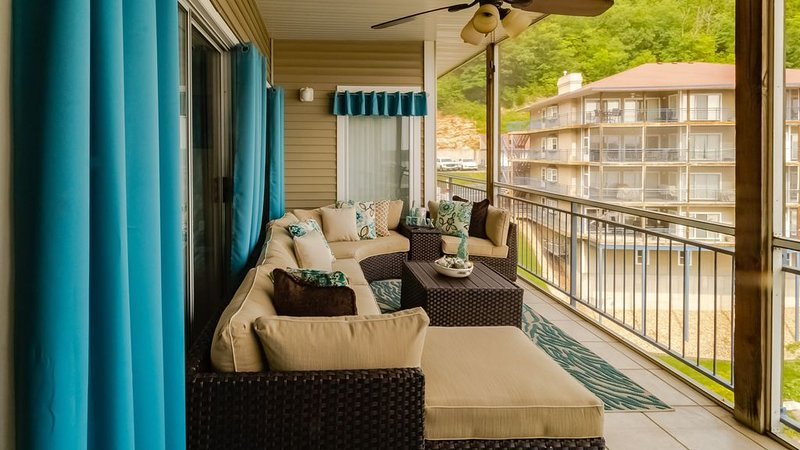 Beautiful, Large Waterfront Condo, Main Channel View, Boat Slip, and 4Bed 4Bath, holiday rental in Lake Ozark